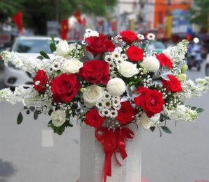 giỏ hoa xen lẫn màu đỏ và trắng