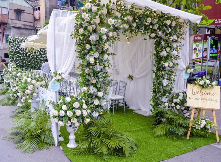 Màu sắc đẹp, bắt mắt của cổng hoa tươi đám hỏi với hoa hồng trắng