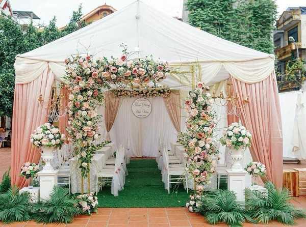 Mẫu cổng này được kết hợp giữa vải lụa và các bông hoa tươi đơn giản