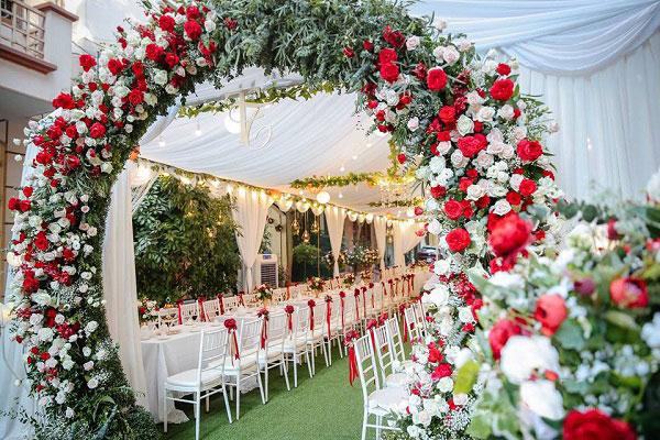 Cổng cưới được thiết kế theo phong cách đơn giản