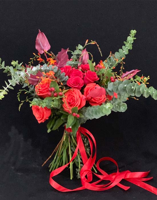 hoa cầm tay cô dâu màu đỏ