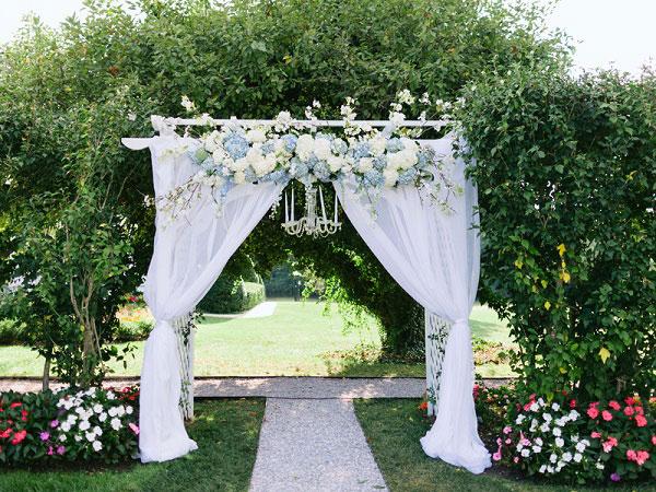 Cổng cưới kết từ hoa tươi hình vòng cung